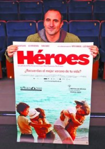 Pau Freixas con el póster castellano de Héroes