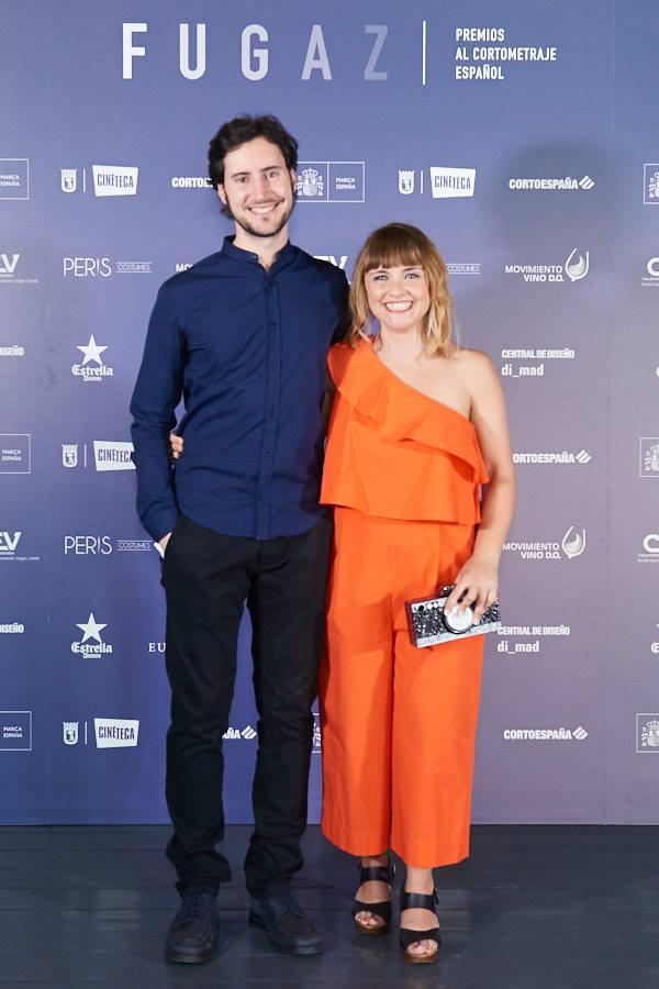 Carlos Blanco Barberà y Paula Pielfort posando frente al Photocall de los Premios Fugaz
